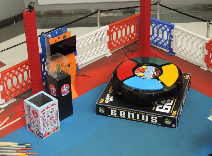 Exposição interativa com brinquedos clássicos dos anos 80 em tamanho gigante