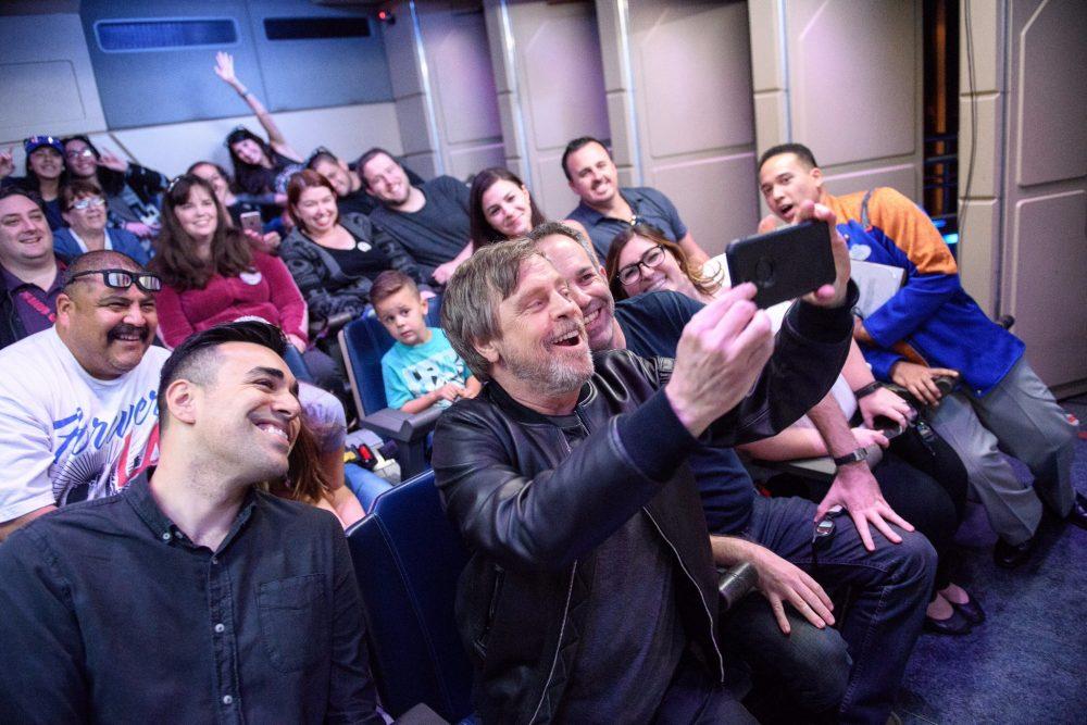 Mark Hamill faz uma visita surpresa aos fãs em uma atração na Disney