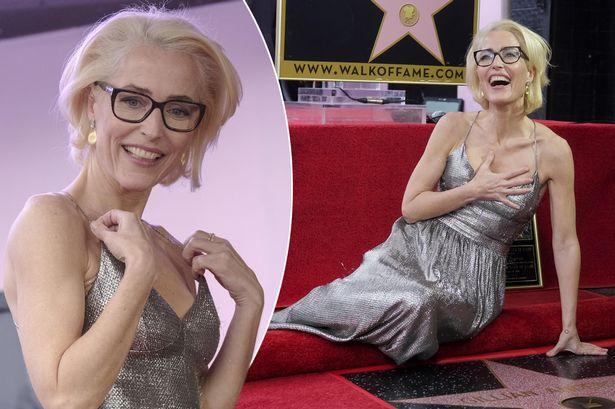 Gillian Anderson ganha estrela na Calçada da Fama em Hollywood e Duchovny faz declaração a atriz
