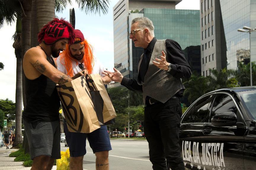 Liga da Justiça invade São Paulo com carro do Batman e presença de Alfred, mordomo do herói