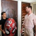 Chris Hemsworth e Tom Holland vivem um dia de jornalistas em vídeo hilário