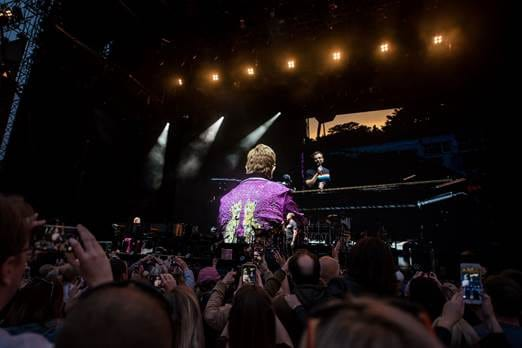 "Astro de 'Rocketman' canta ""Your Song"" em show de Elton John. ASSISTA!"