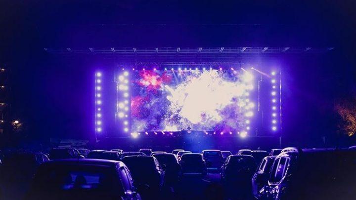 Stand-up comedy, show nacional ao vivo, DJ set e cinema: Drive-in em Curitiba tem programação multieventos na primeira quinzena de agosto